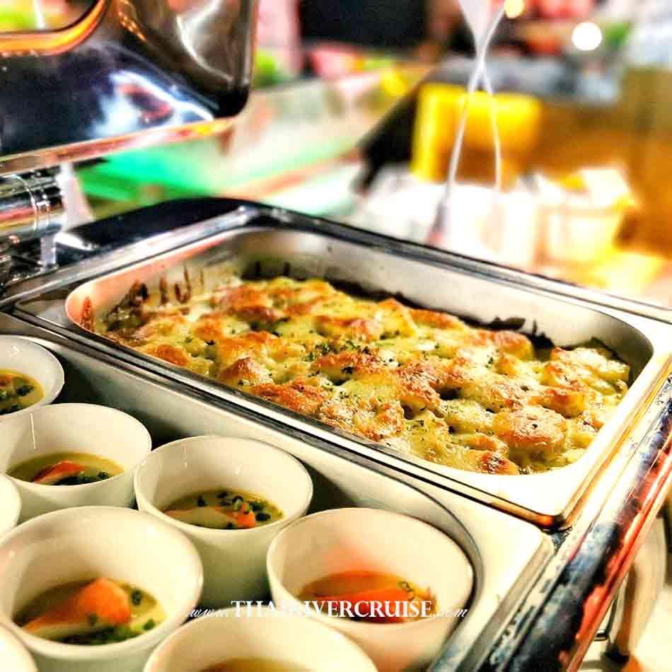 International buffet on Alangka CruiseElegance Luxury Bangkok Dinner Cruise Chaophraya River,Thailand
