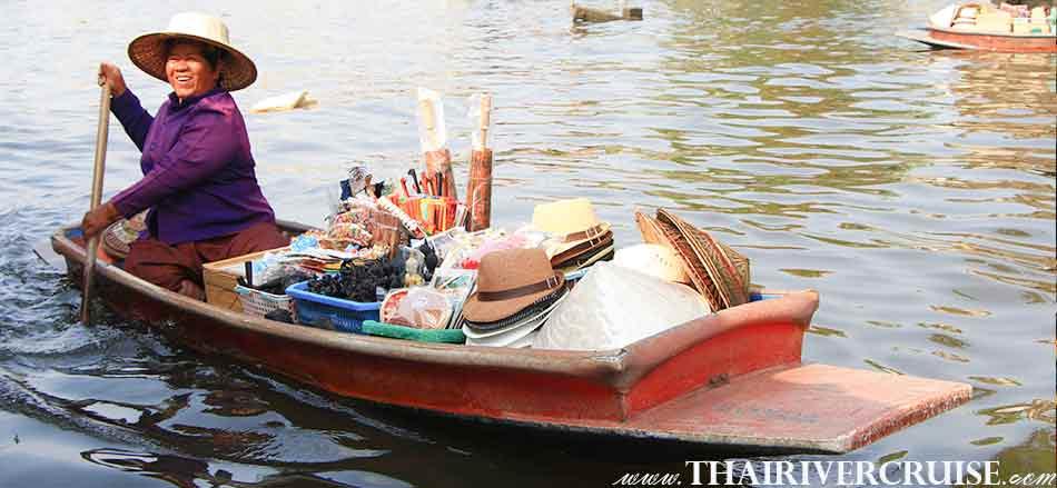 แม่ค้าพายเรือ ขายสินค้า ให้นักท่องเที่ยว ภายใน คลอง ขณะ ล่องเรือ เที่ยวคลอง เช่าเรือหางยาว เจ้าพระยา