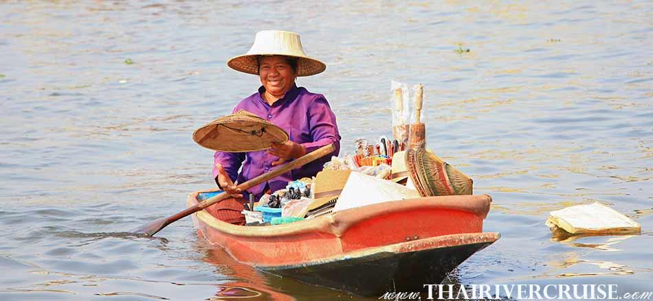 แม่ค้าพายเรือ ขายสินค้า ให้ นักท่องเที่ยว ทั้งไทย และ ชาวต่างชาติ  ล่องเรือ เที่ยวคลอง ชมวิว คลองบางกอกน้อย แม่น้ำเจ้าพระยา กรุงเทพมหานคร.ทัวร์คลอง บางกอกน้อย ล่องเรือ เที่ยวคลอง แม่น้ำเจ้าพระยา